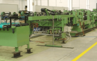 Linea per l'applicazione del fondello di chiusura al sacco di carta prodotto dalla tubiera